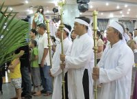 Giáo dân Tân Thái Sơn Tham dự nghi thức viếng chặng đàng và Hôn Chan Chúa.