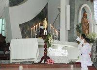 Giáo Dân Tân Thái Sơn Lần Chuỗi Mân Côi Và Chầu Thánh Thể