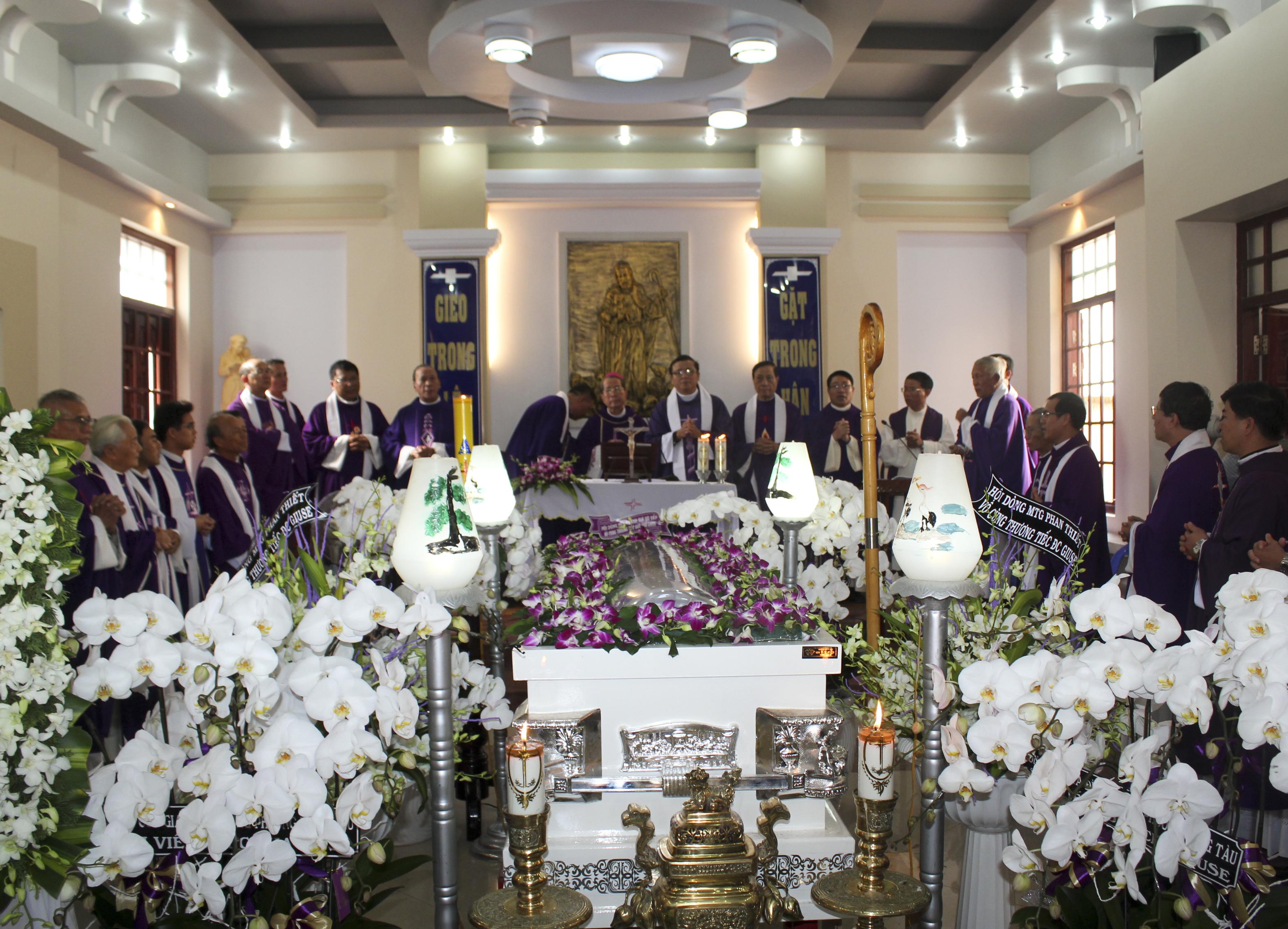 Giáo Xứ Tân Thái Sơn Kính Viếng Đức Cha Giu-se Vũ Duy Thống