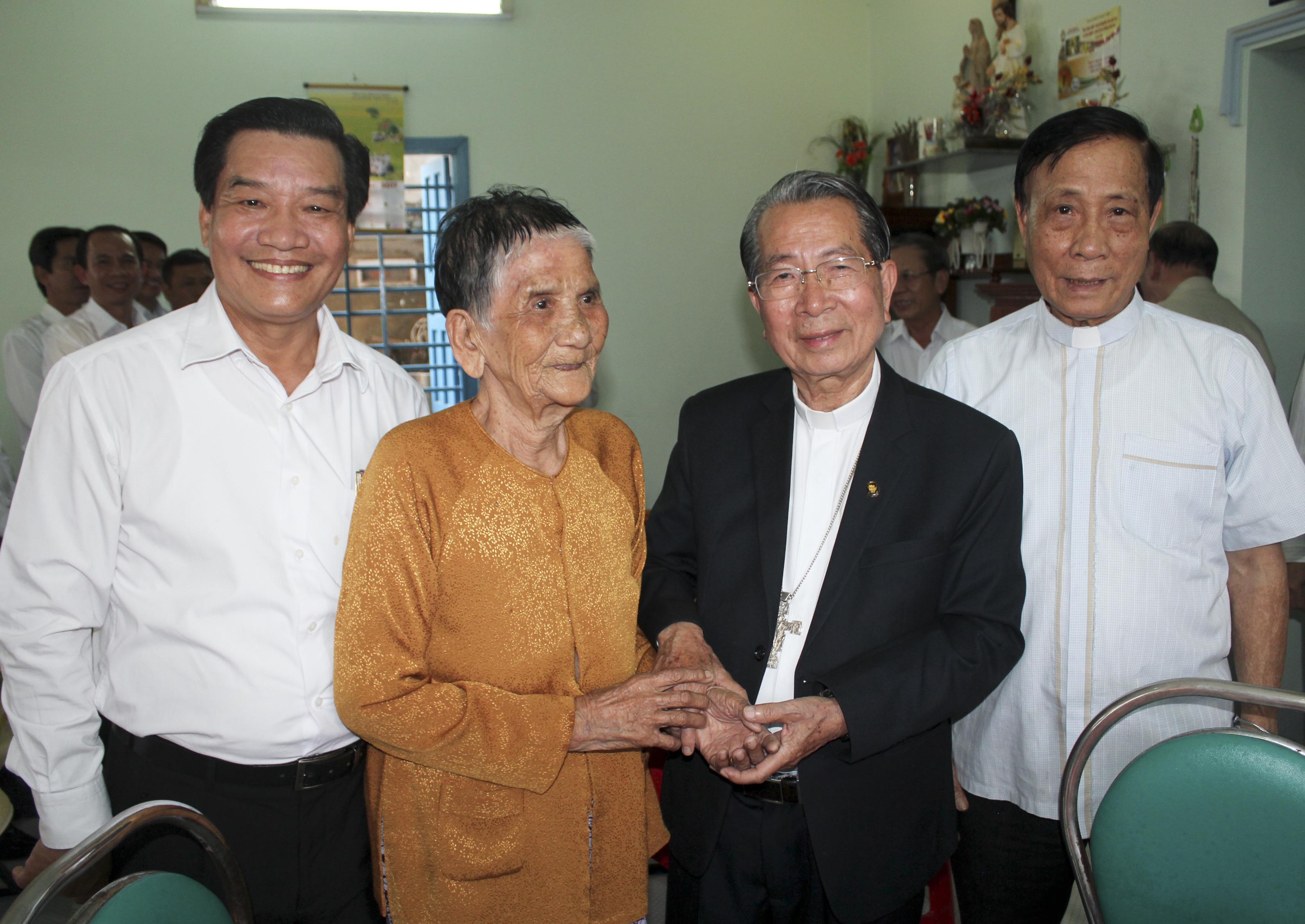 Đức Cha Phê-rô Thái Bình Thăm Nhà Nhạc Mẫu Ông Bà Trùm Tư Tại Phan Thiết